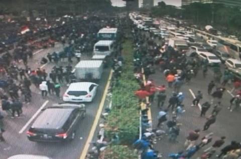 Demonstrasi Masih Berlangsung, Hindari Tol Menuju Gedung DPR
