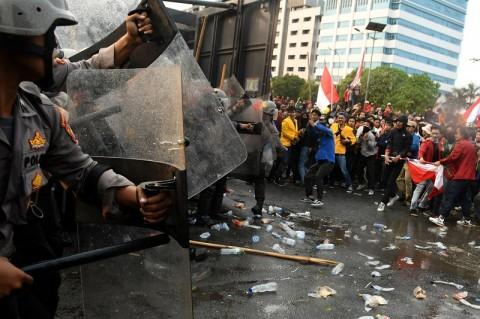 Ratusan Pasukan Oranye Bersihkan Sampah Sisa Demonstrasi