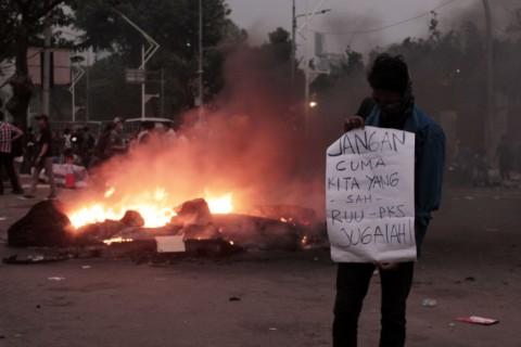 Tiga Pos Polisi Dibakar Demonstran
