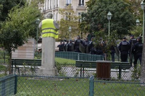 Polisi Bubarkan Demo Rompi Kuning dengan Gas Air Mata