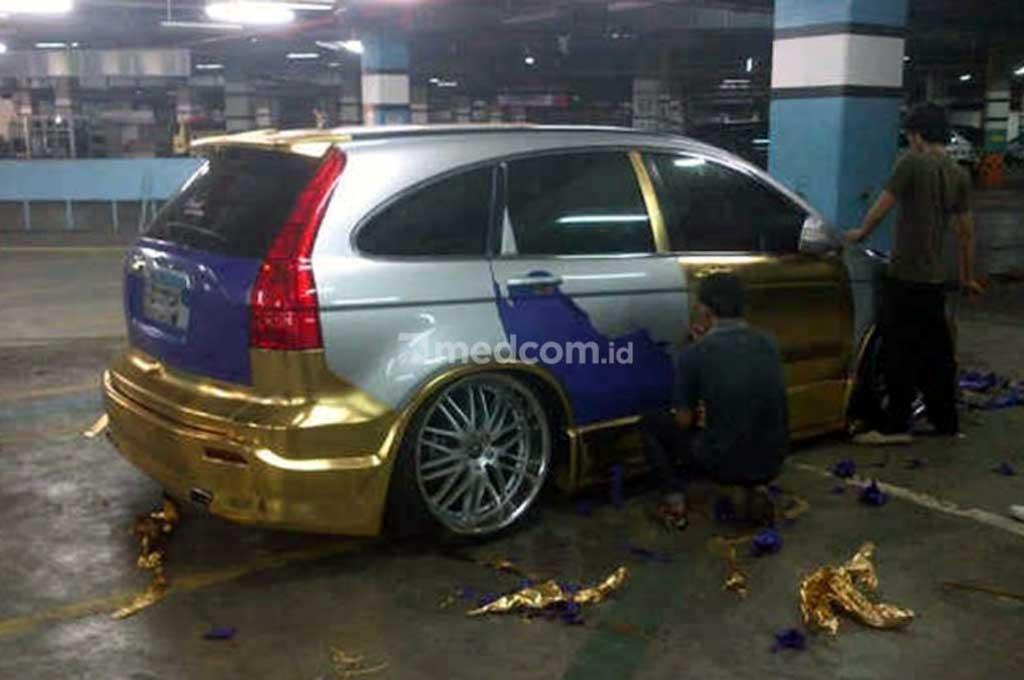 Pemasangan stiker di bodi mobil tidak boleh lebih dari enam bulan agar cat mobil tidak belang. Medcom.id
