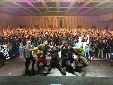 Lukas Graham Kenakan Batik saat Konser di Jakarta