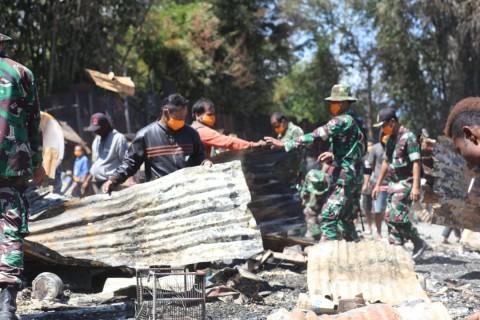 Warga Bersama TNI-Polisi Bersihkan Puing Sisa Kerusuhan Wamena