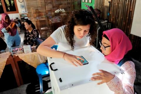 Komunitas Lulusan Sekolah Luar Biasa Berkreasi dengan Kerajinan