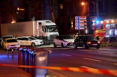 Truk Curian Tabrak Deretan Mobil di Jerman, Belasan Terluka