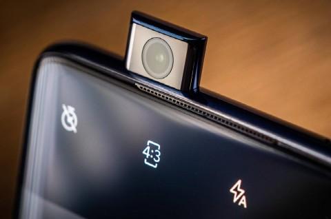 Motorola Siapkan Ponsel Pertama dengan Kamera Pop-Up