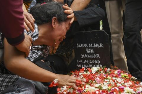 Isak Tangis Iringi Pemakaman Korban Demo Ricuh di DPR