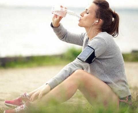 7 Manfaat Minum Air Sambil Duduk