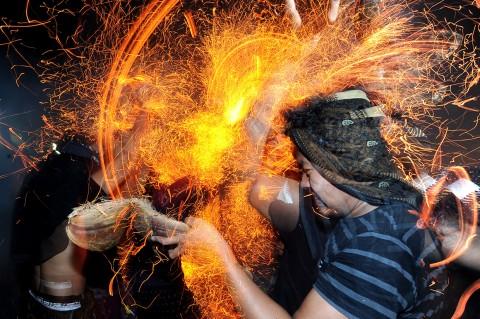 Keunikan Tradisi Perang Api di Pulau Dewata Bali