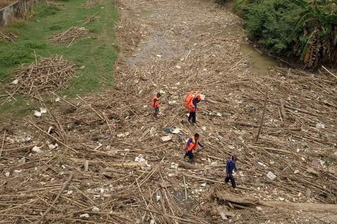 Pembersihan Sampah Bambu di Sungai Cikeas Terhambat Akses Alat Berat
