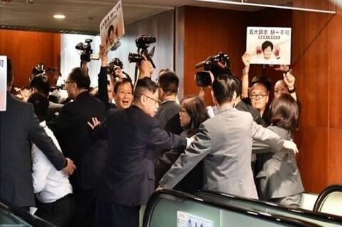 Dicemooh Parlemen, Pemimpin Hong Kong Batal Pidato