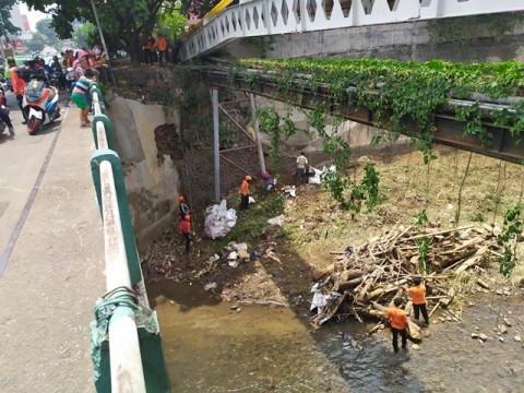 Warga Bogor Bersih-Bersih Sungai Ciliwung