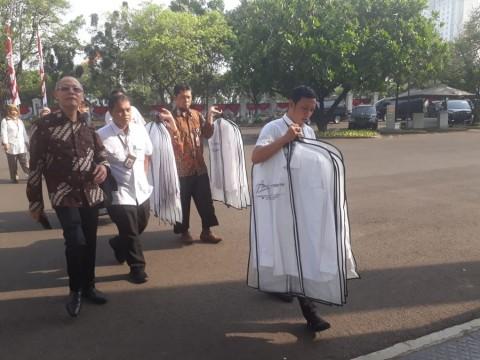 Parade Kemeja Putih Jelang Pengumuman Menteri