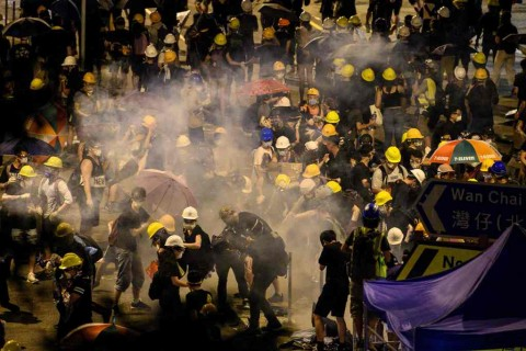 Hong Kong Kembali Ricuh, Polisi Tembakkan Gas Air Mata