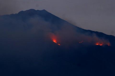 Petugas Kesulitan Padamkan Gunung Arjuno