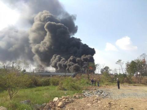 Pipa Minyak Pertamina di Cimahi Selatan Terbakar
