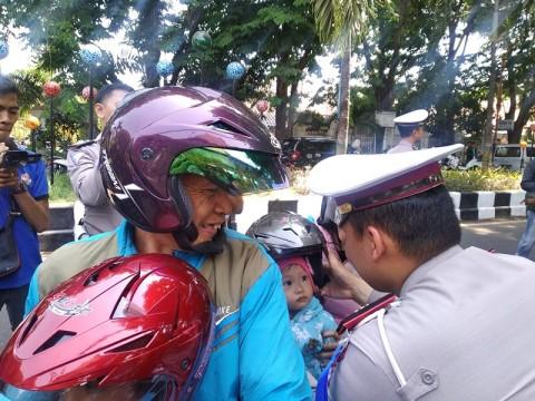 Polresta Sidoarjo Bagikan Helm saat Operasi Zebra Semeru