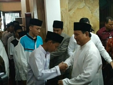 Prabowo Menyantuni Santri di Hari Pertama Kerja