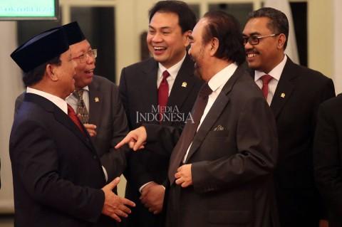Momen Prabowo Gandeng Tangan Surya Paloh