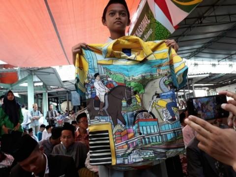 Gibran Bagikan Kemeja Prabowo-Jokowi kepada Santri