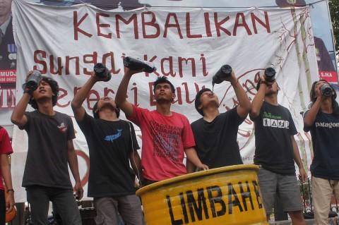 Protes Pencemaran Sungai Ciujung, Mahasiswa Minum Air Limbah