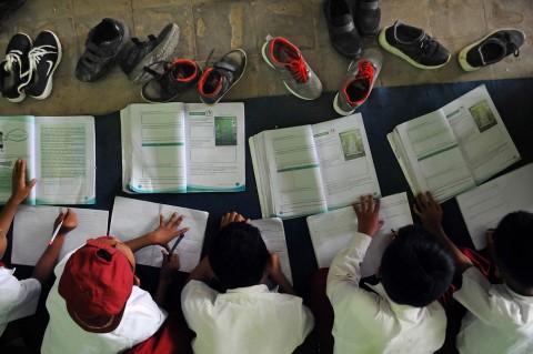 Siswa SDN 2 Pasir Kupa Lebak Belajar di Lantai