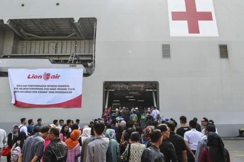 Keluarga Korban Jatuhnya Lion Air Tabur Bunga di Tanjungpakis