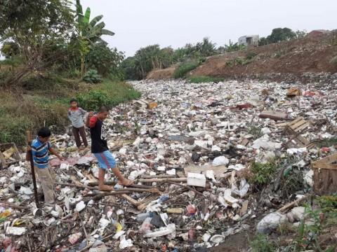 Ratusan Meter Aliran Kali Jambe Diselimuti Sampah