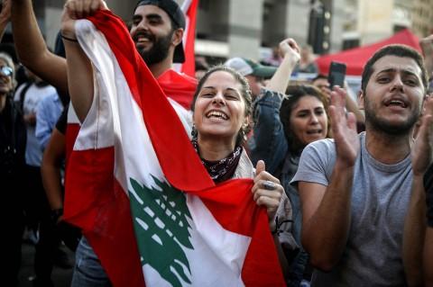 Kegembiraan Demonstran Usai PM Lebanon Mengundurkan Diri