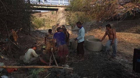 Warga Brebes Bikin Sumur di Sungai yang Mengering