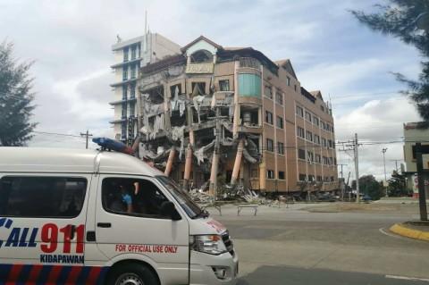 Sebuah Hotel Terancam Roboh Akibat Gempa di Filipina
