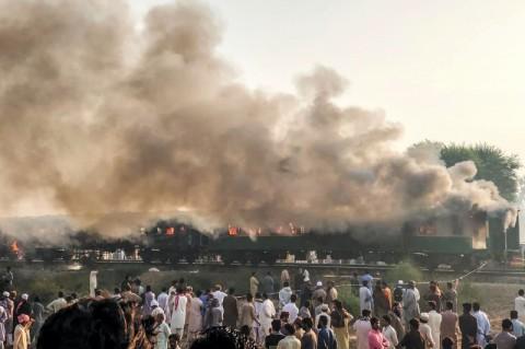 65 Penumpang Tewas dalam Insiden Kereta Terbakar di Pakistan