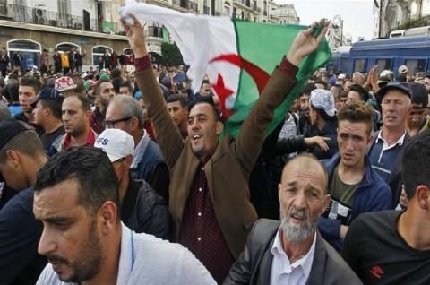 Puluhan Ribu Warga Aljazair Tolak Rencana Pemilu