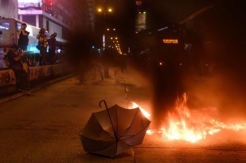 Demonstran Bakar Stasiun dan Rusak Kantor Berita di Hong Kong