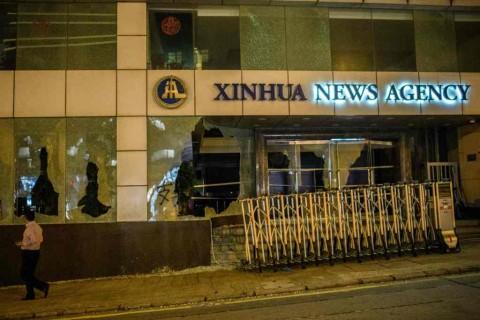 Pedemo Hong Kong Hancurkan Kantor Berita Tiongkok