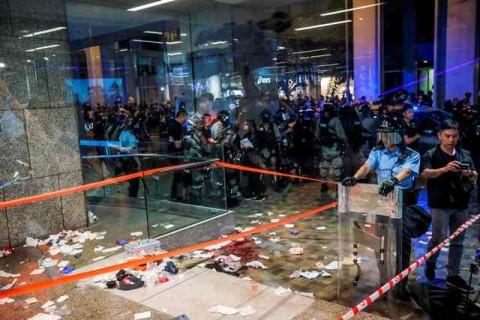 Dua Orang Kritis dalam Bentrokan di Hong Kong