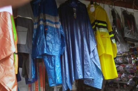 Musim Hujan Datang, Jangan Abaikan Perawatan Jas Hujan
