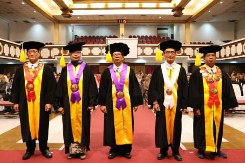 Kukuhkan Tiga Guru Besar, Kini UNS Punya 206 Profesor
