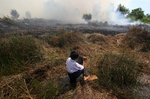 Saat Anak-anak Ikut Padamkan Kebakaran Lahan di Barito Kuala