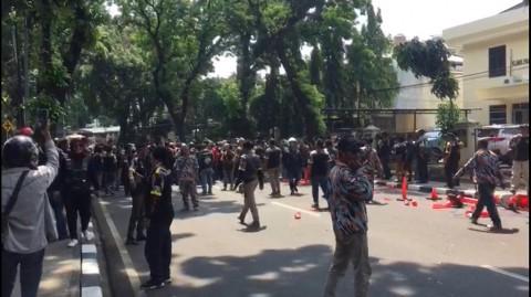 Massa GMBI Ribut dengan Polisi di Gedung PTIK