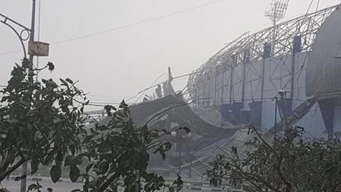 Angin Kencang Robohkan Atap Tribun Stadion Arcamanik