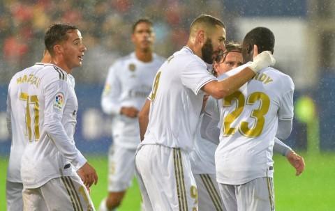 Benzema Cetak <i>Brace</i>, Madrid Permak Eibar