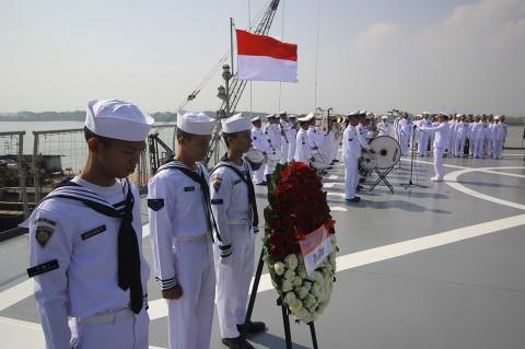 Suanana Peringatan Hari Pahlawan di KRI Surabaya