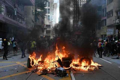 Diduga Pedemo Dibakar di Tengah Protes Hong Kong