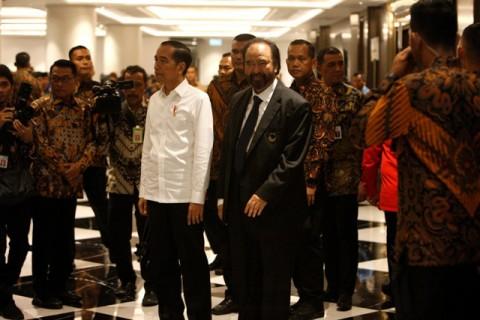 Pelukan Erat Jokowi untuk Surya Paloh