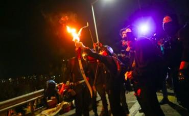 Panah Berapi Digunakan Pedemo Hong Kong Hadapi Polisi