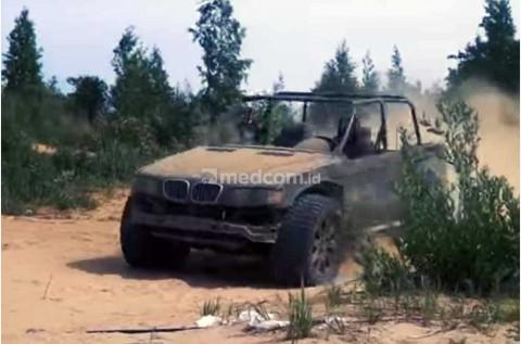 Modifikasi Mobil Off Road dari BMW X5 Rongsokan