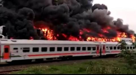Kereta Bekas di Stasiun Subang Terbakar