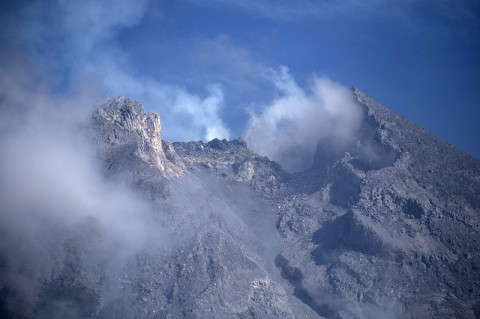 Hujan Abu Melanda Dua Desa Sekitar Gunung Merapi