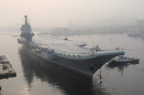 Kapal Induk Tiongkok Berlayar Melalui Selat Taiwan